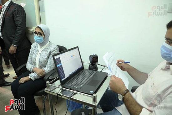 وزيرة الصحة خلال المشاركة بالتجارب السريرية  (10)