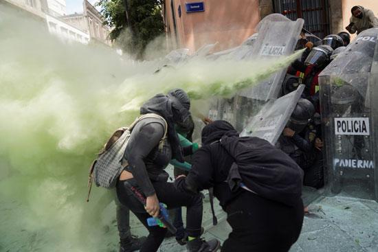 الشرطة تستخدم رزاز الفلفل لتفريق المتظاهرات