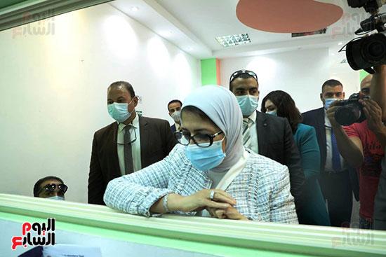 وزيرة الصحة خلال المشاركة بالتجارب السريرية  (4)