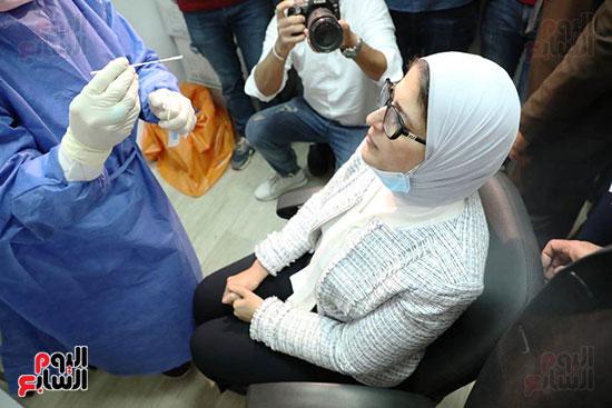 وزيرة الصحة خلال المشاركة بالتجارب السريرية  (12)