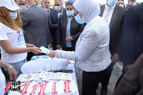 وزيرة الصحة خلال المشاركة بالتجارب السريرية  (2)
