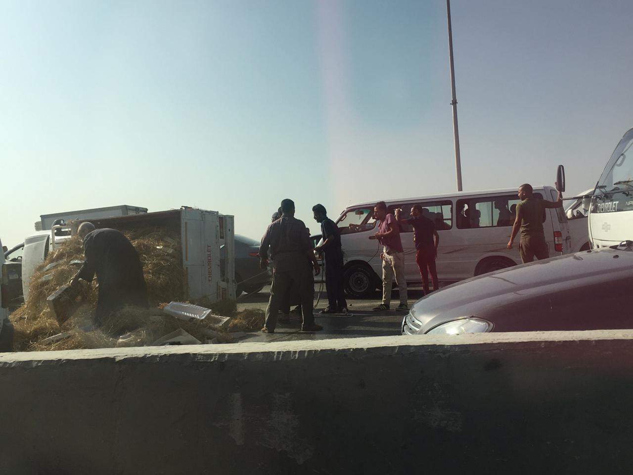 انقلاب سيارة يتسبب في زحام الطريق (3)