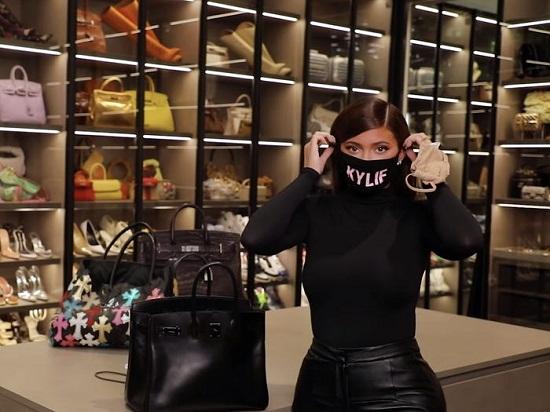 كايلى اثناء الترويج لمنتجاتها