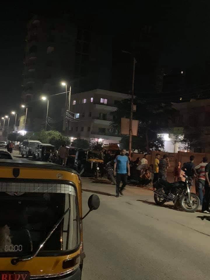 تجمع أسرة المجنى أمام مشرحة مستشفى منيا القمح (3)