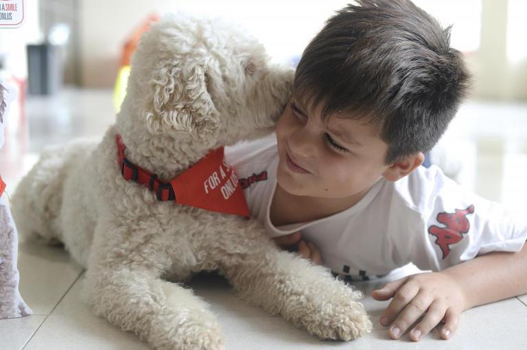 133-221003-corona-virus-schools-italy-dog-therapy-5