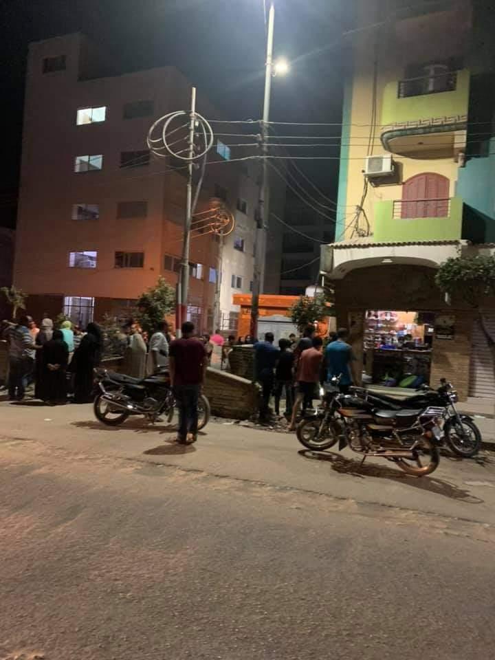 تجمع أسرة المجنى أمام مشرحة مستشفى منيا القمح (1)
