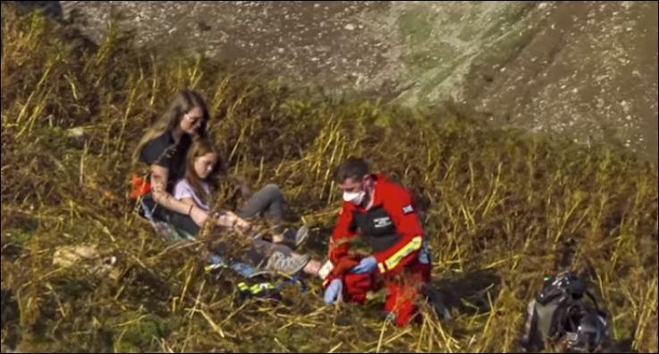 المسعف الطائر يصل إلى فتاة مصابة لإسعافها