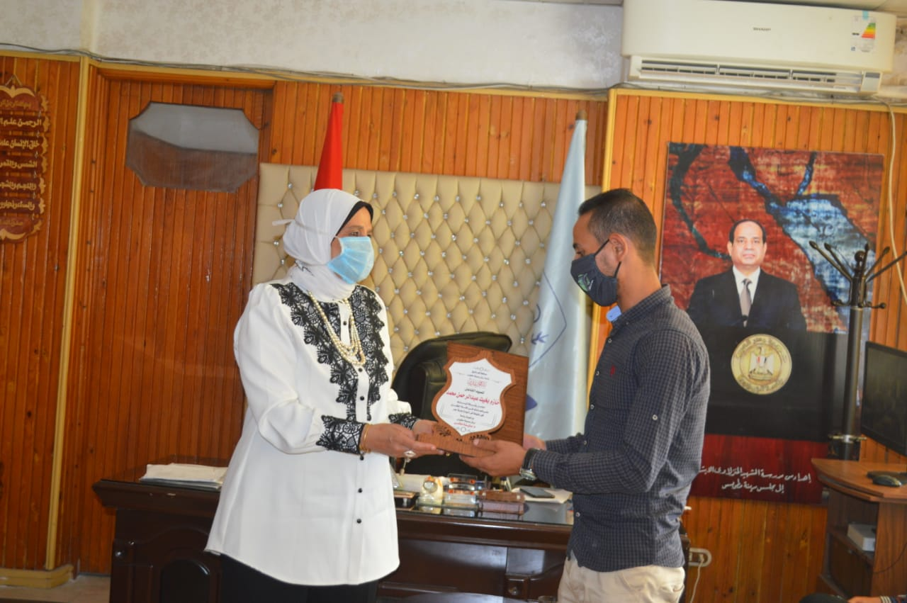 تكريم العامل السوهاجي منقذ طفلة البلاعة فى كفر الشيخ (5)