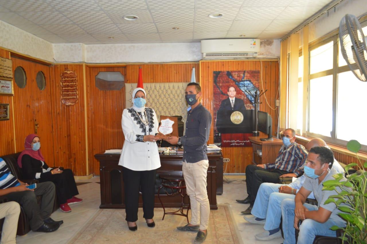 تكريم العامل السوهاجي منقذ طفلة البلاعة فى كفر الشيخ (3)