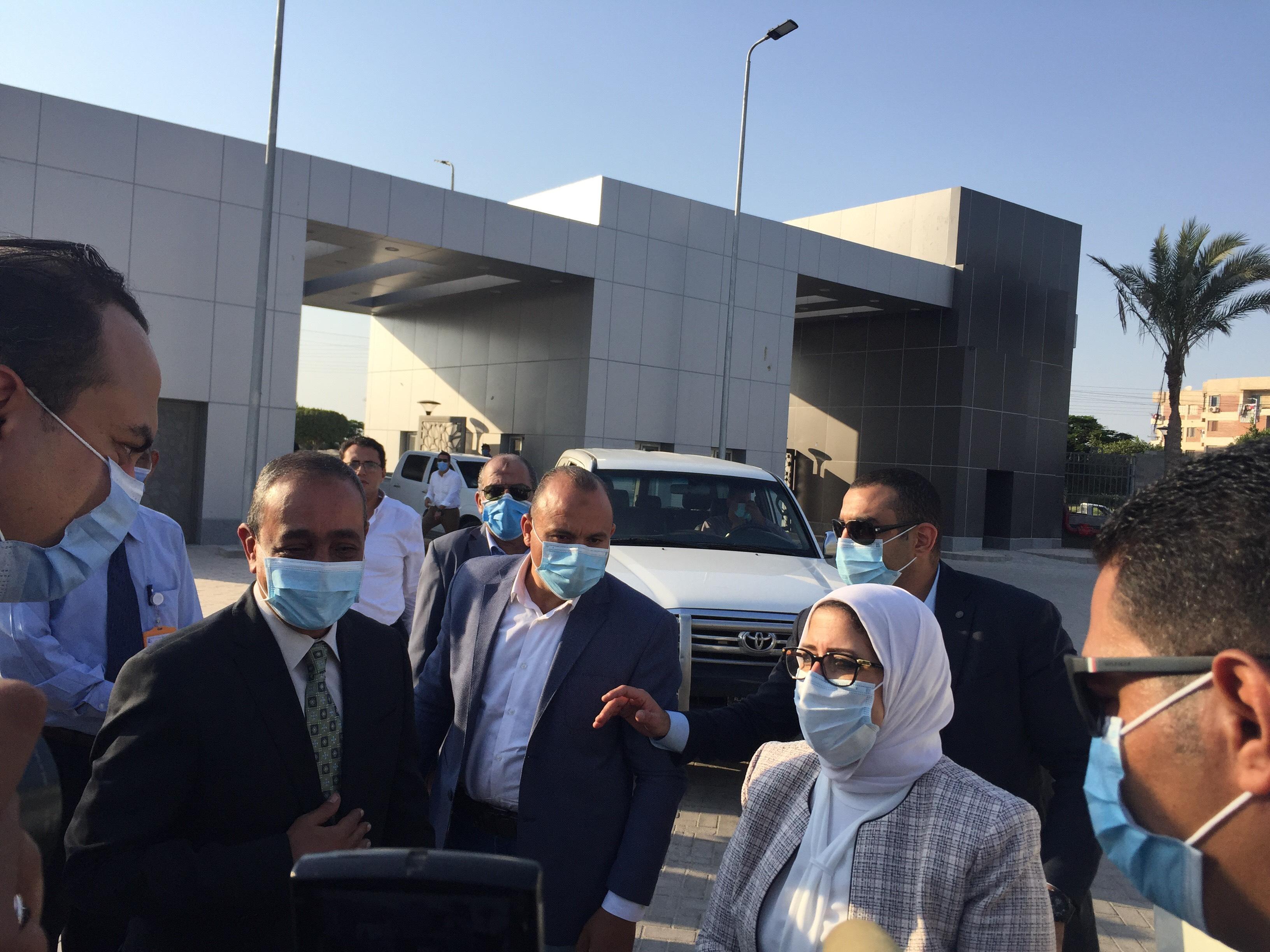 وزيرة الصحة تتفقد مستشفى الإسماعيلية العام  (3)