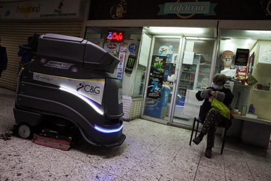 الروبوت يلمع البلاط فى شوارع تشيلى