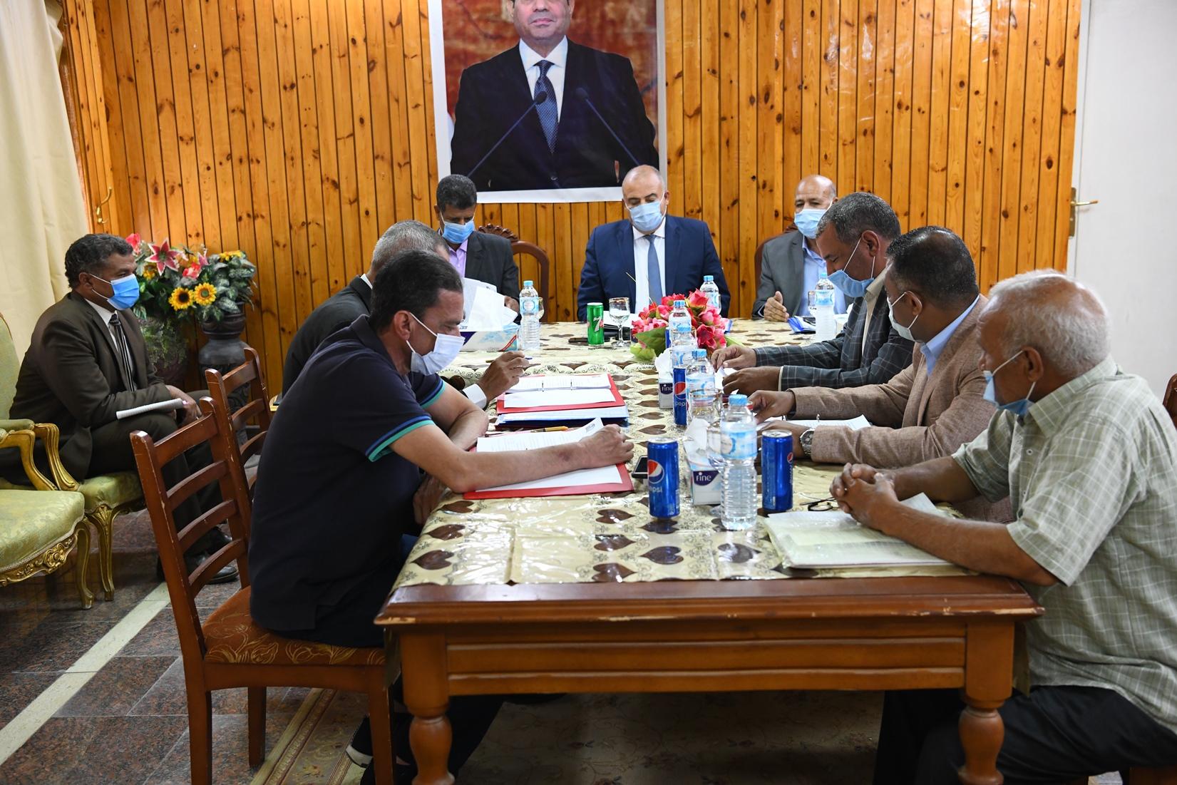 محافظ قنا يترأس إجتماع مجلس إدارة المعهد العالي للخدمة الاجتماعية (2)