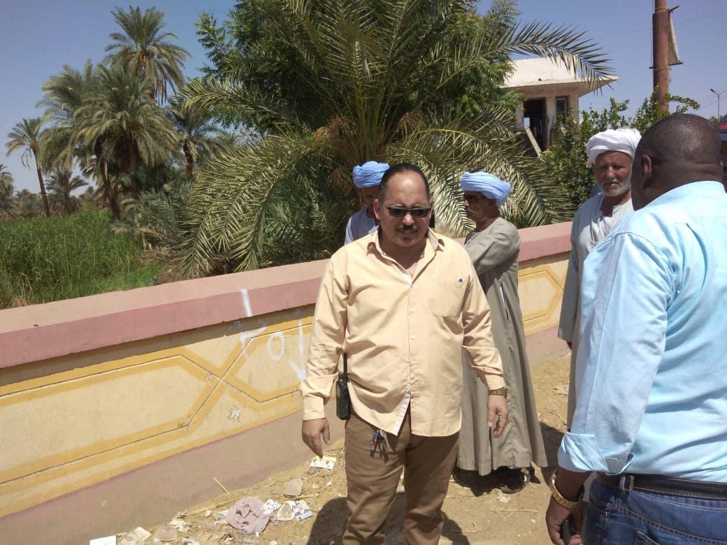 لجنة من الطرق والمرافق تعاين  موقع محور الكاجوج بكوم امبو (5)