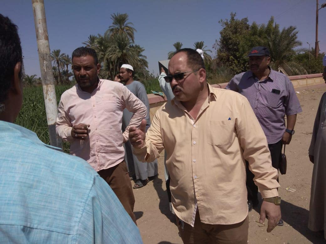 لجنة من الطرق والمرافق تعاين  موقع محور الكاجوج بكوم امبو (7)