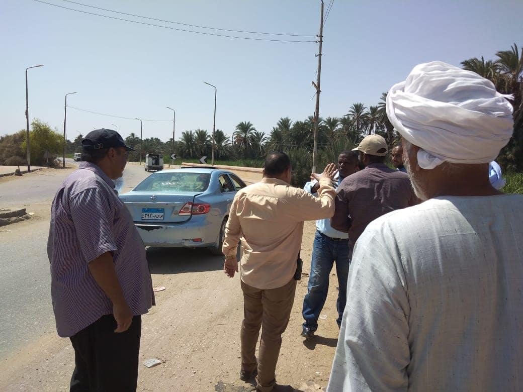 لجنة من الطرق والمرافق تعاين  موقع محور الكاجوج بكوم امبو (1)