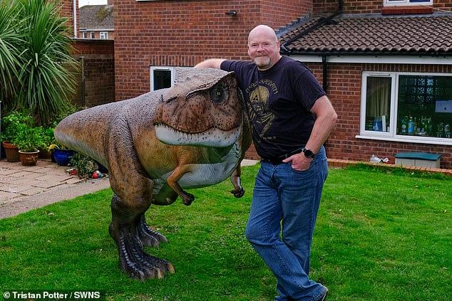 الزوج بجانب الديناصور بحديقة المنزل