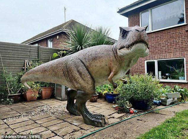الديناصور أمام المطبخ لكى يفاجىء  الرجل زوجته