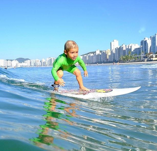 شاهد صبى برازيلى 4 سنوات يمارس رياضة ركوب الأمواج بمهارة
