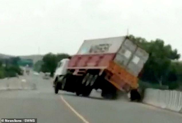 فرار الراكبين من الشاحنة قبل سقوطها