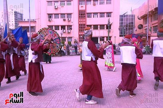 فرقة الشرقية للفنون الشعبية تسقبل وزير الشباب بالتنورة (2)