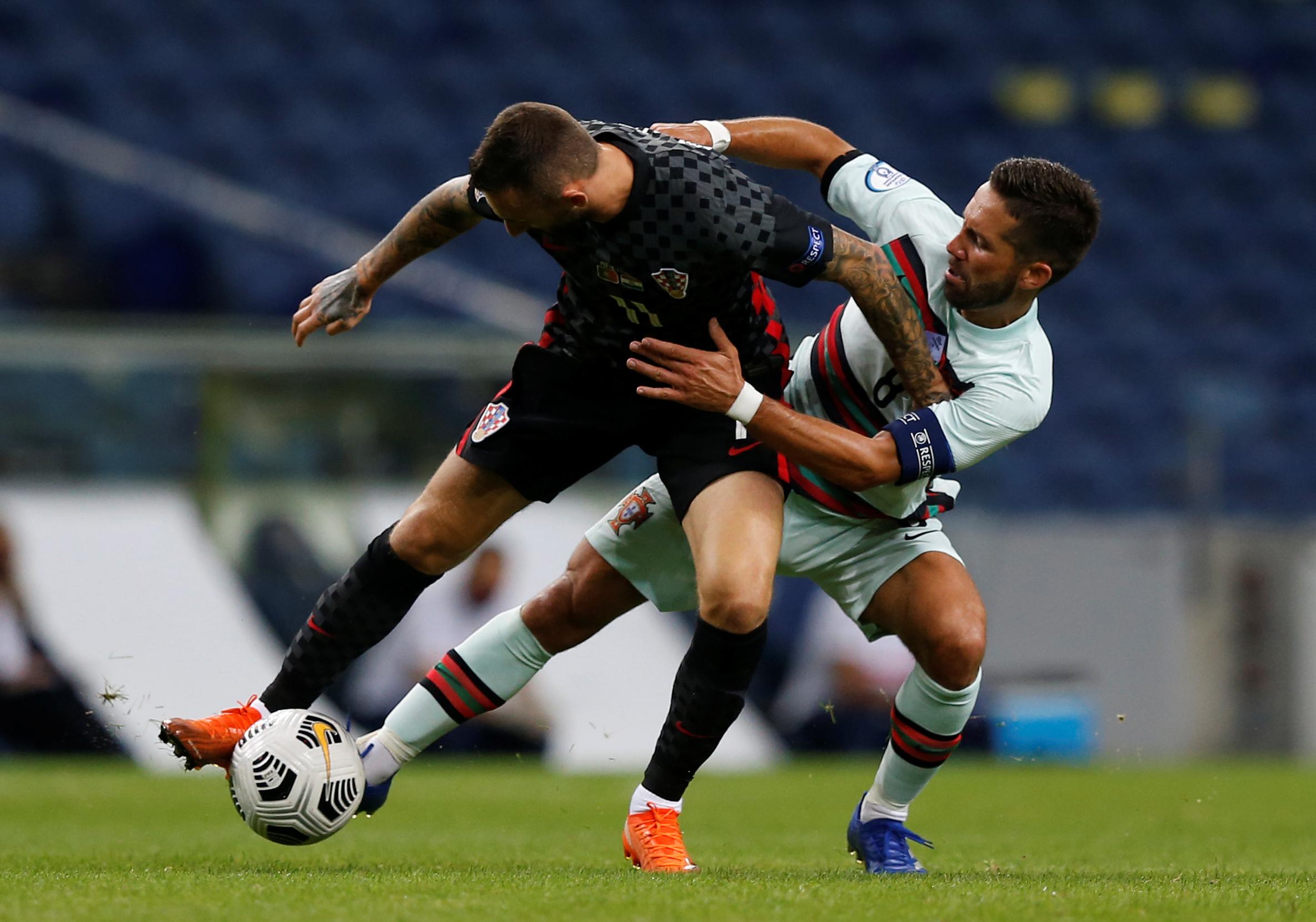 كرة مشتركة بين لاعبي البرتغال وكرواتيا