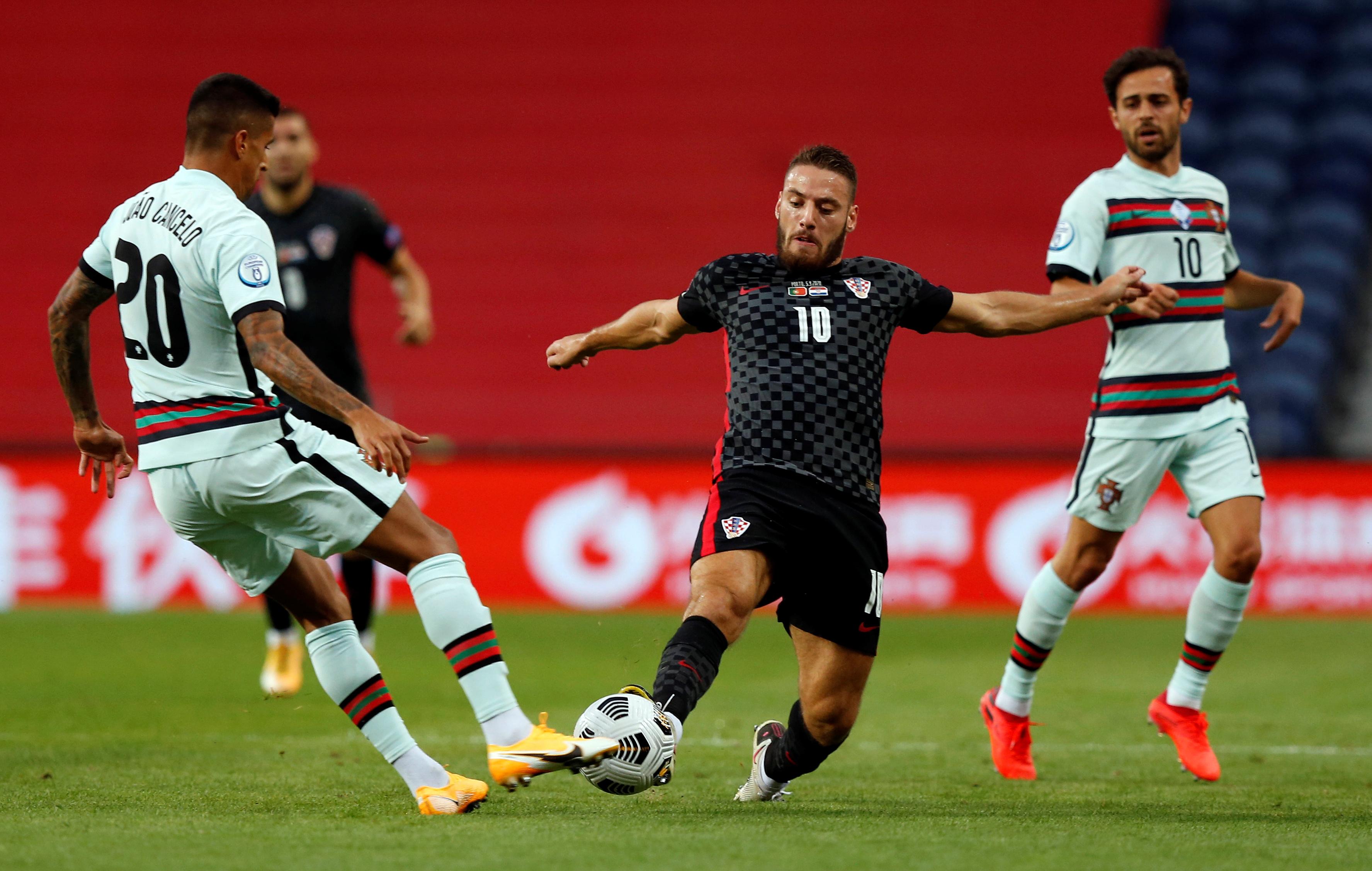 كانسيلو فى كرة مشتركة مع لاعب كرواتيا