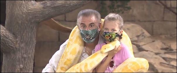 الطفلة مع مدير حديقة الحيوان