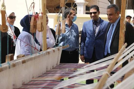 محافظ سوهاج يتفقد البازارات السياحية (2)