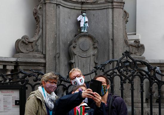 الزوار-بجوار-تمثال-مانيكن-بيس