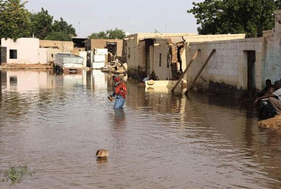 المواطنون يحاول السير بصعوبة وسط الماء