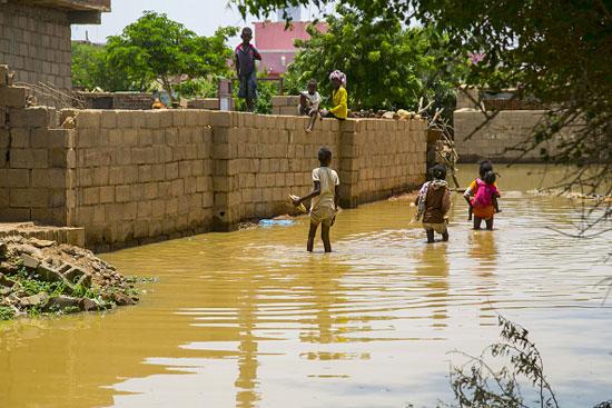 الأطفال يلعبون رغم الفيضان