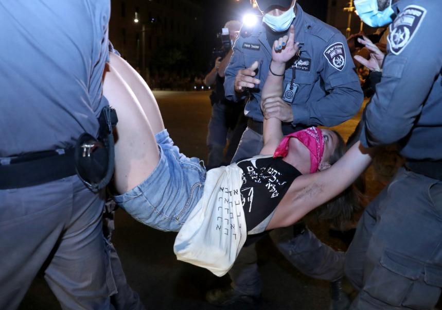 اعتقال فتاة خلال الاحتجاجات