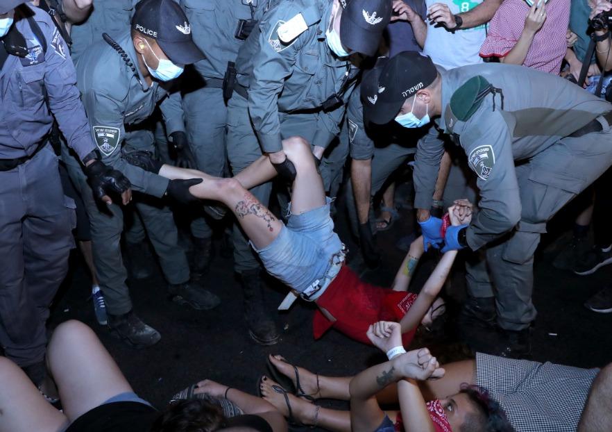 اعتقال عدد من المتظاهرين