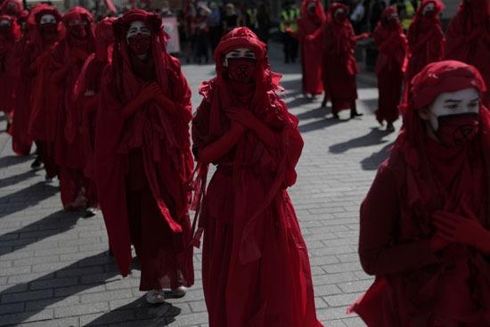 وشاح أحمر مظاهرات المناخ