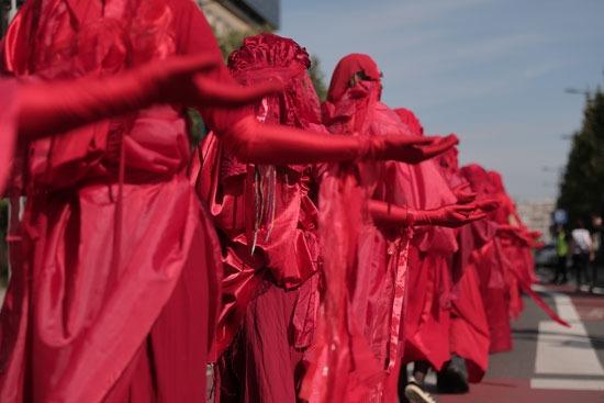 رداء أحمر في مظاهرات المناخ