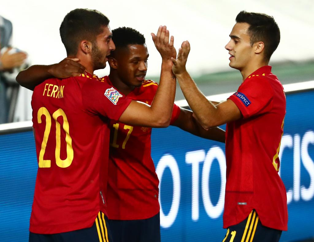 فرحة لاعبى اسبانيا بهدف فاتى