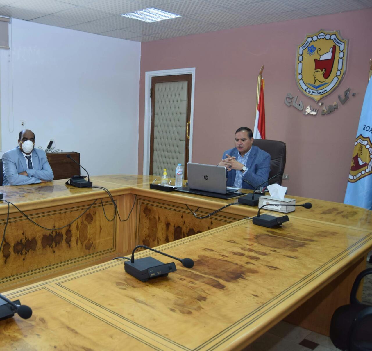 رئيس جامعة سوهاج يناقش مشروع تجهيز أول مركز للامتحانات الإلكترونية (1)