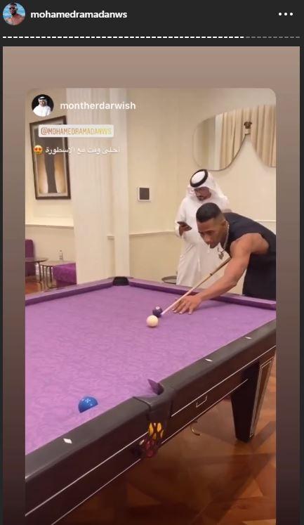 محمد رمضان يلعب بلياردو