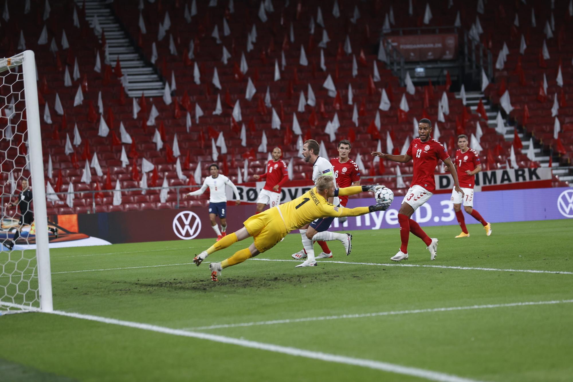 شمايكل حارس مرمى الدنمارك خلال التصدى لأحد الكرة الخطيرة