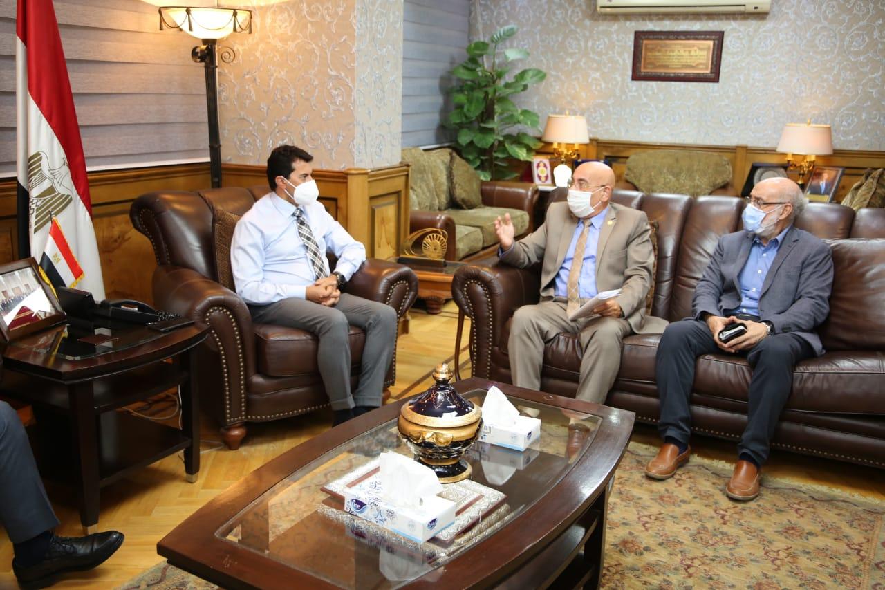وزير الرياضة مع رئيس اتحاد الكاراتيه