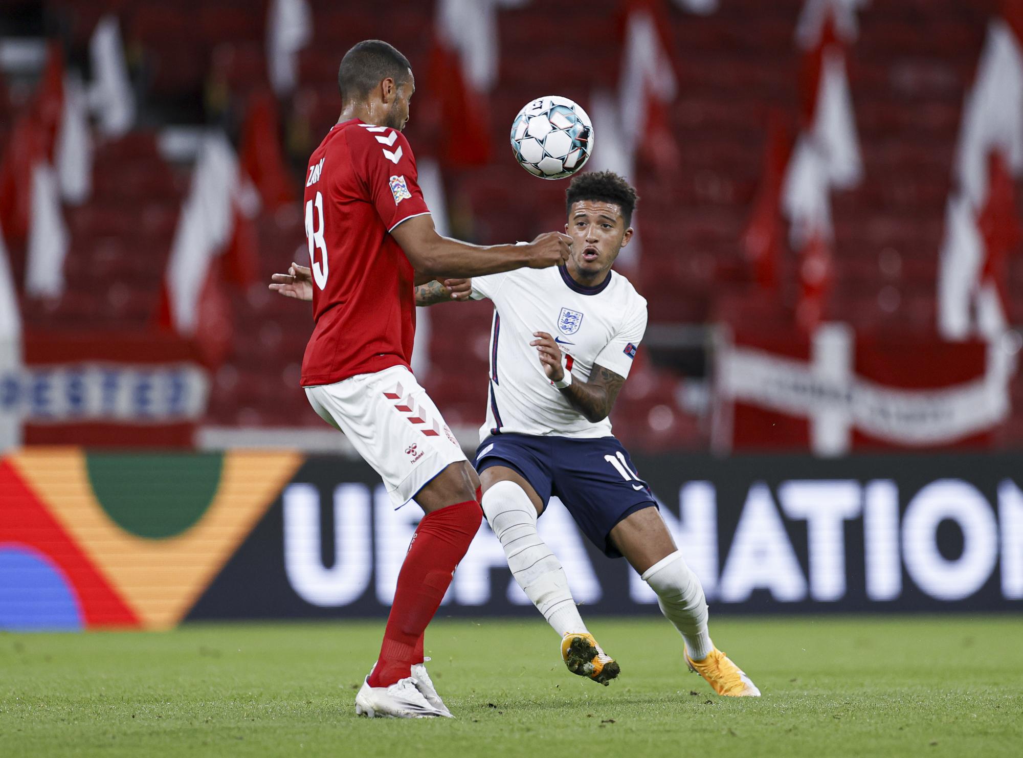 سانشو فى محاولة مع أحد لاعبي الدنمارك