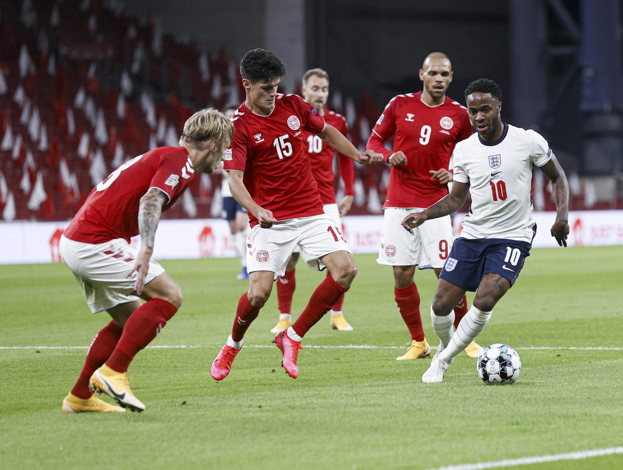 سترلينج وحصار من لاعبي الدنمارك
