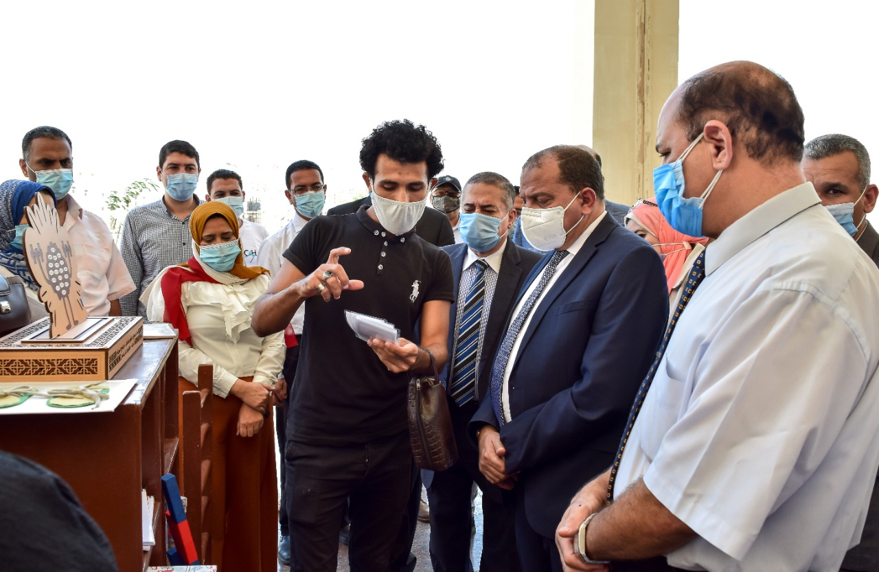 رئيس الجامعة يشهد المشروع