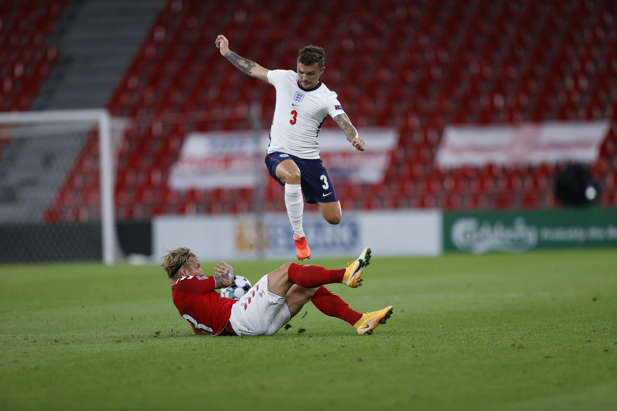 تريبير فى كرة مشتركة مع لاعب الدنمارك