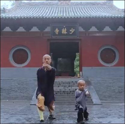 طفل صيني 3 سنوات يمارس الكونج فو بمرونة فائقة (1)