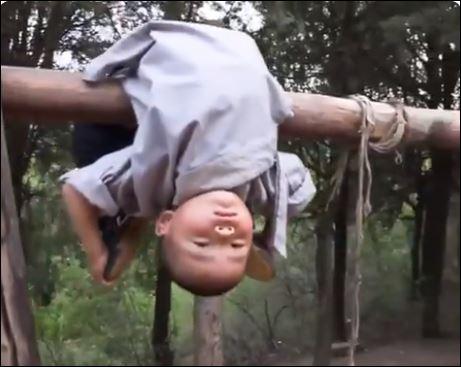 طفل صيني 3 سنوات يمارس الكونج فو بمرونة فائقة (3)