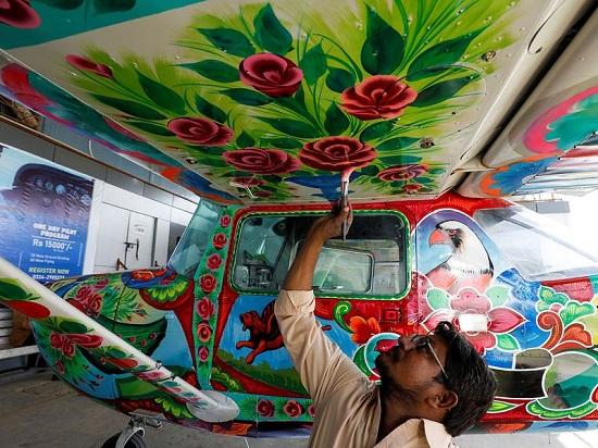 أحد مساعدي حيدر يلون جناح طائرة
