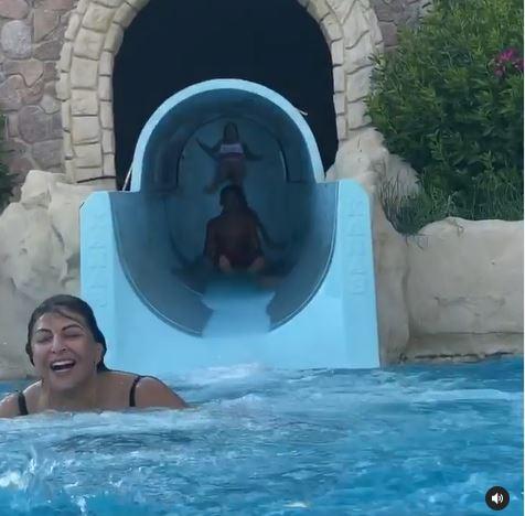 هالة صدقي بصحبة أطفالها في حمام السباحة