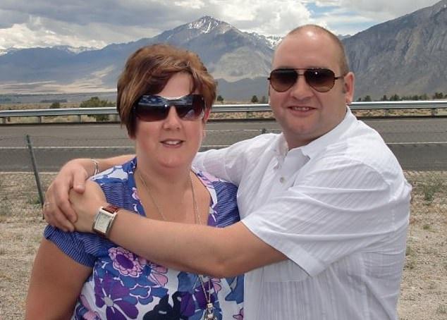 ممرضة بريطانية تعيش في كرفان 9 أشهر لحماية والدتها المسنة من كورونا (2)
