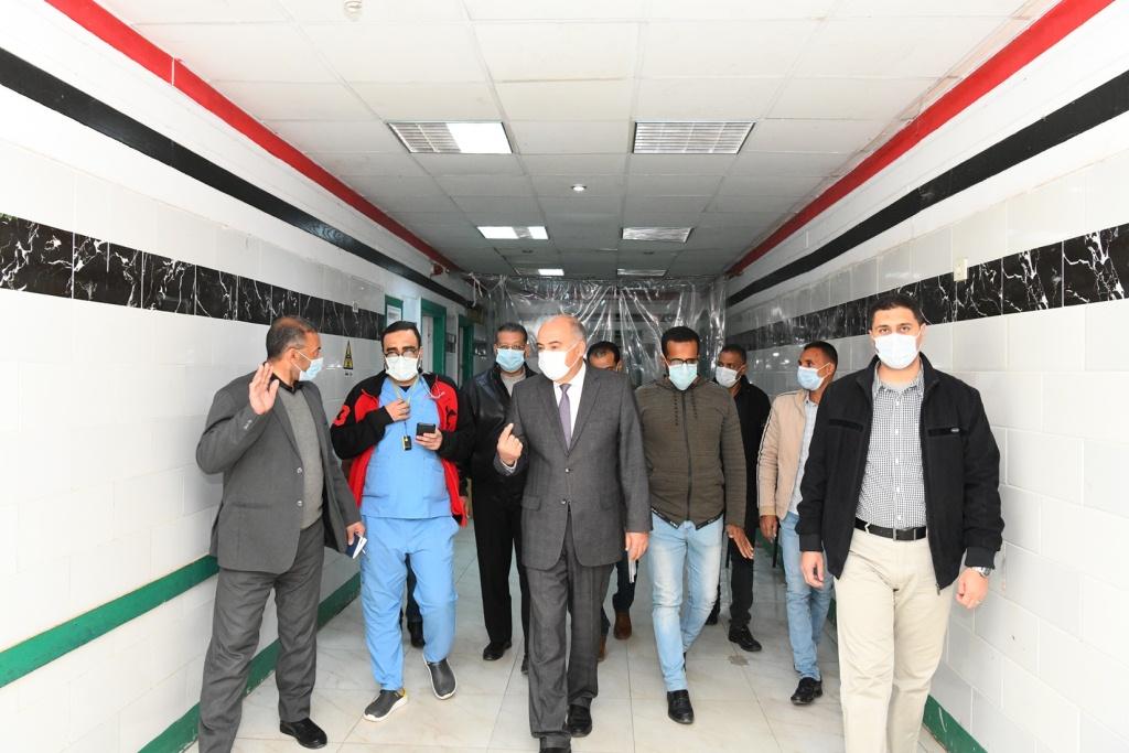 محافظ قنا خلال تفقده للمستشفى من الداخل  (5)